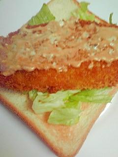 白身の揚げものとレタスのトースト