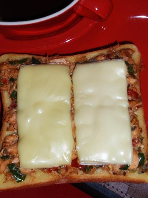 鮭中華風胡麻ペッパーソースのチーズトースト