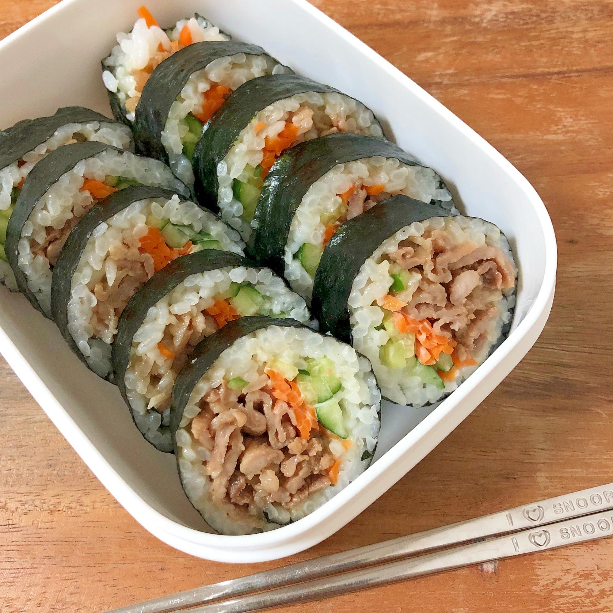 1. お弁当ごはんに!豚肉と人参ときゅうりの塩海苔巻き