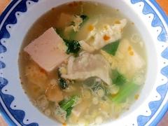 冷凍餃子と豆腐の食べるスープ
