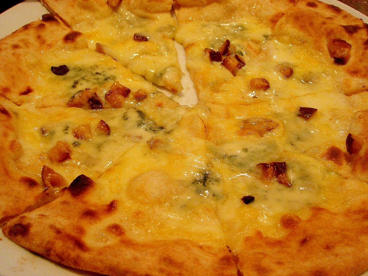 ベーコンとチーズのピザ
