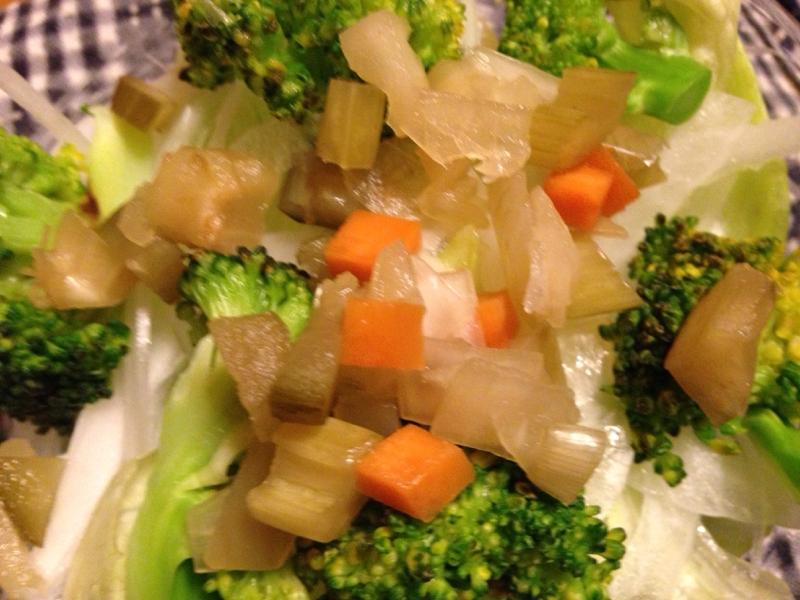 ブロッコリーと新たまねぎの塩ドレサラダ。