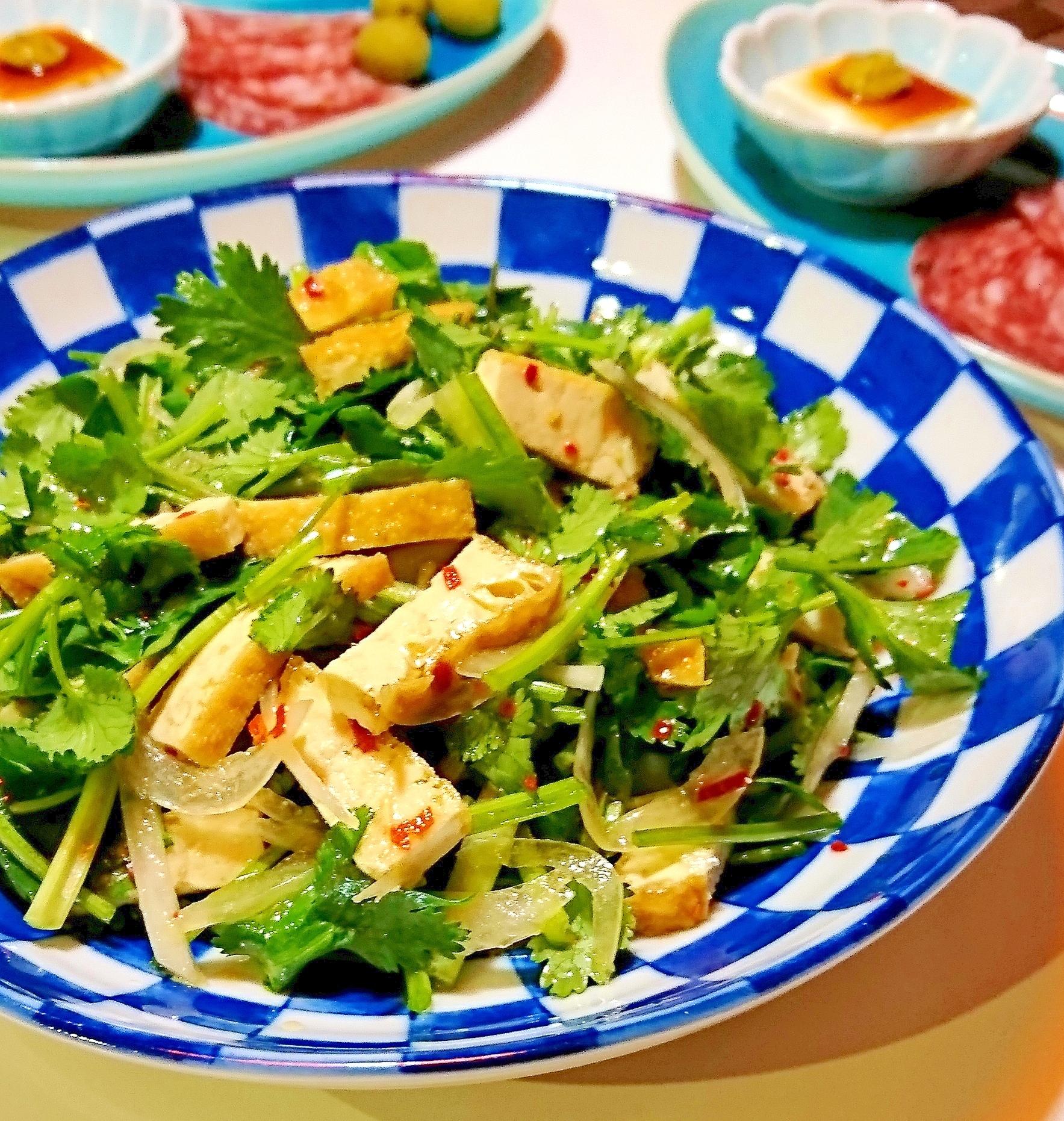 青・白のチェック柄の大皿に盛られたパクチーと厚揚げのサラダ