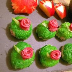 鰹菜と薔薇ローストビーフの手毬寿司