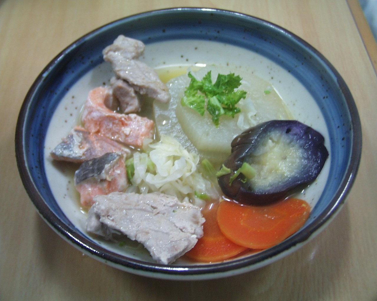 マグロ、鮭、なすのオリーブオイル炒め、大根の味噌煮