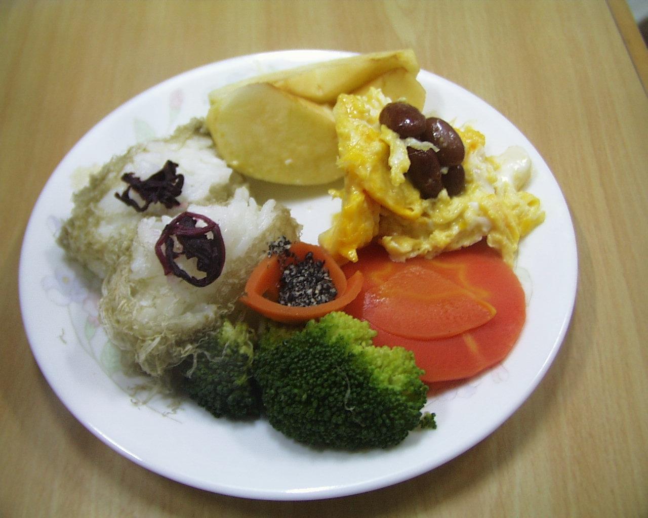 とろろおにぎりと、たまご金時豆、野菜の盛り合わせ