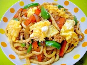 ふんわり炒り卵のせ♡野菜たっぷり鶏そぼろ焼きうどん