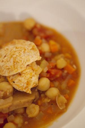 ひよこ豆とセイタンのトマト煮込み、ポレンタを添え