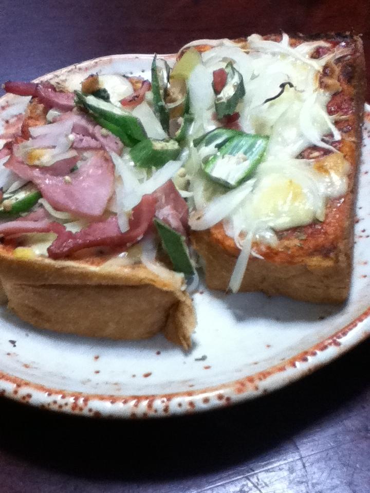 おくらとスモークハムのピザハーブトースト