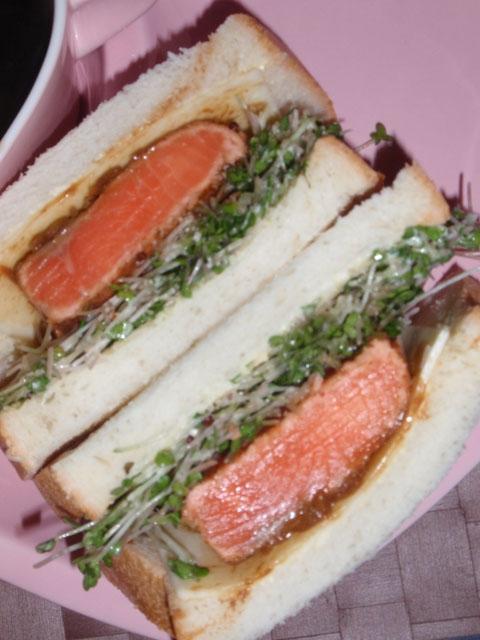 鮭たたき柚子味噌ソースとチーズのサンドウィッチ
