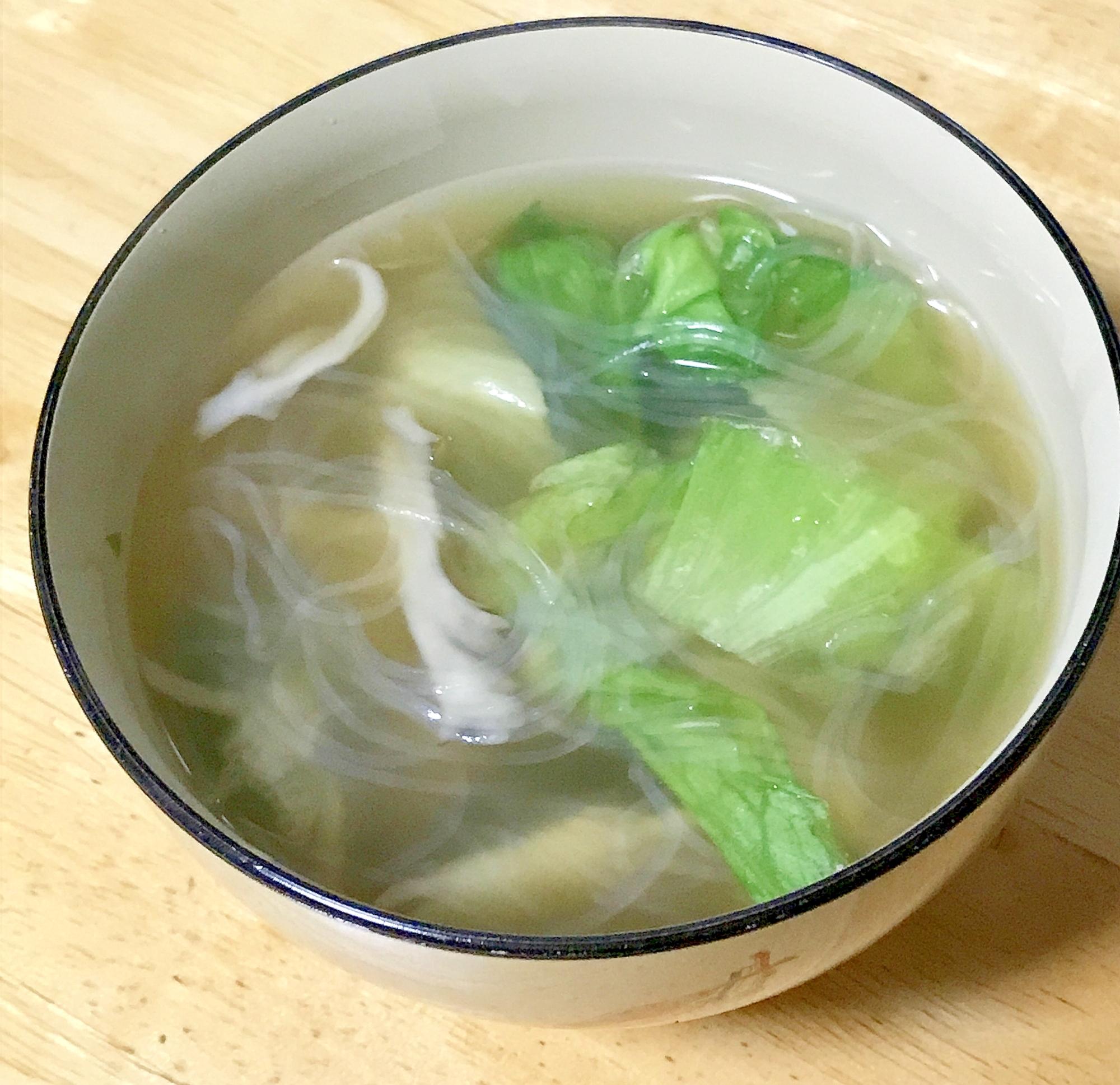 白い器に注がれたレタス入り春雨スープ