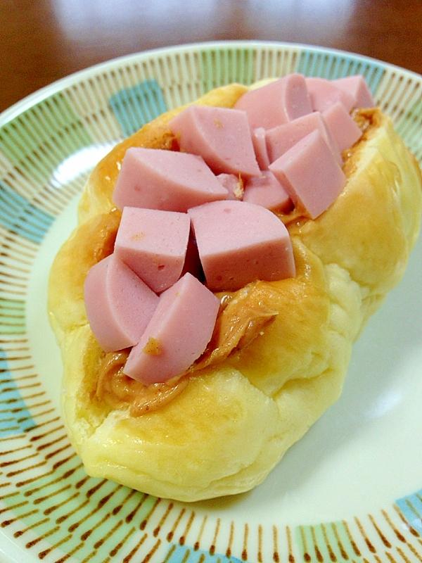 魚肉ソーセージとピーナッツバターのロールサンド