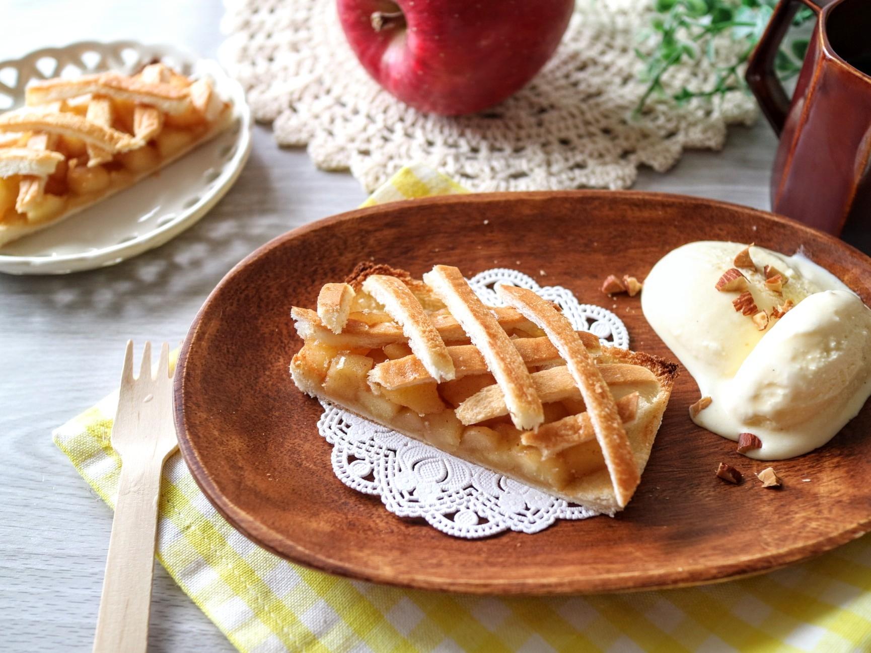 お皿に盛り付けたアップルパイ風トースト
