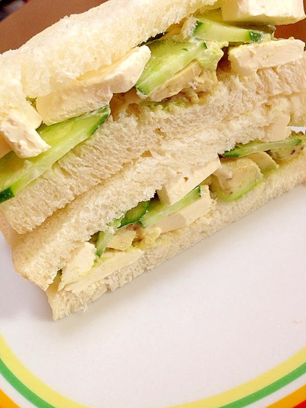 3. アボカドとクリームチーズときゅうりのサンドイッチ