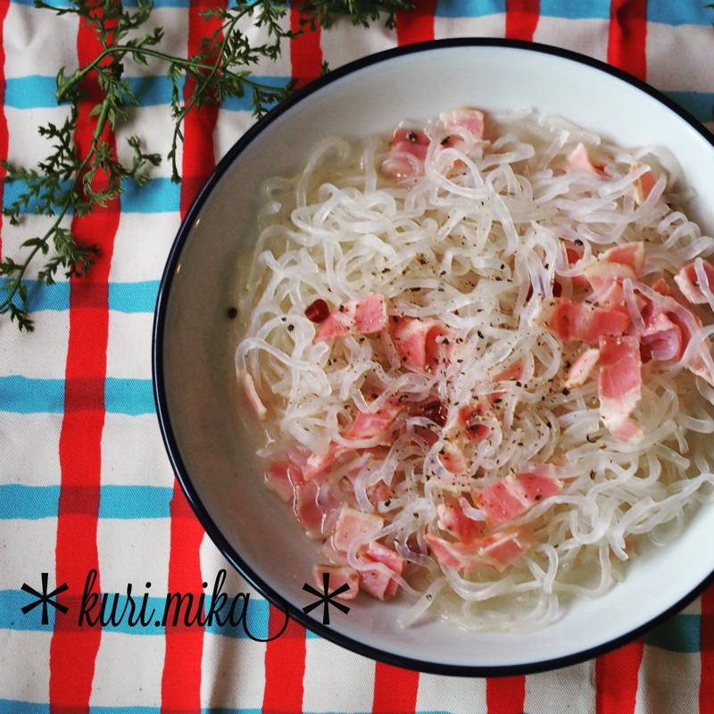 白いお皿に盛られたこんにゃく麺のペペロンチーノ