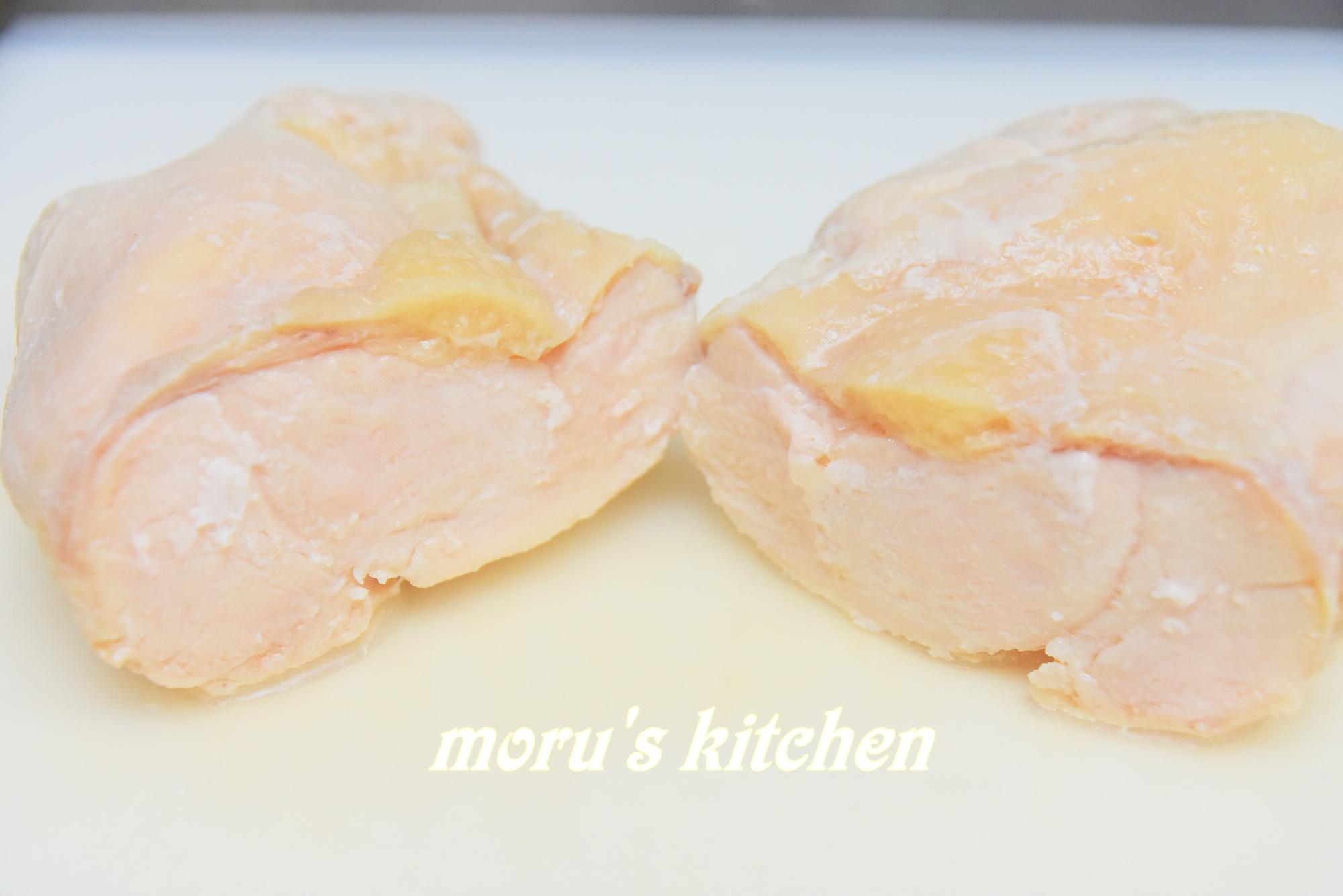 巻かないで作られた鶏ハムが半分にカットされている