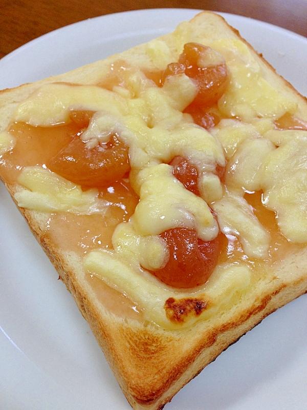 さくらんぼジャムとチーズのトースト