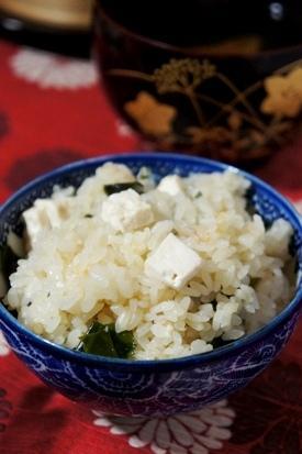 お焦げも美味しい、豆腐の味噌汁風炊き込みご飯