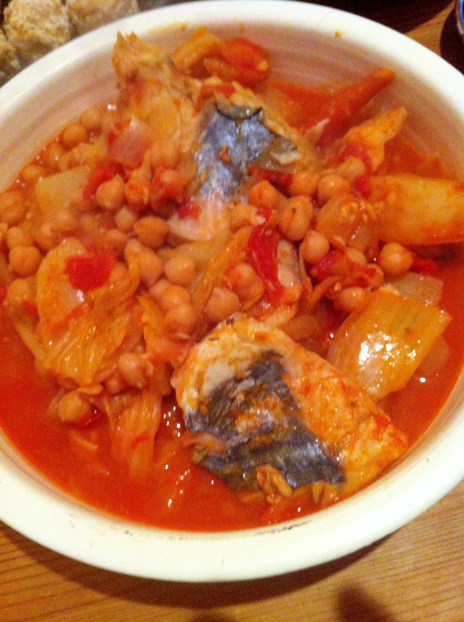 白身魚と冬野菜、ひよこ豆のトマト煮込み