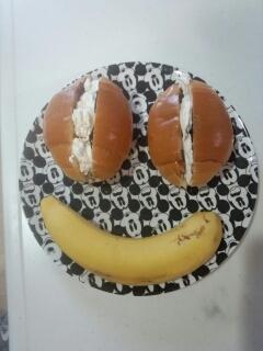 朝食にロールパンでお顔プレート