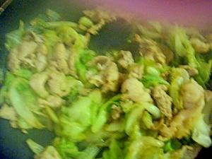 豚こま切れとレタス1個のの醤油ゴマ炒め。