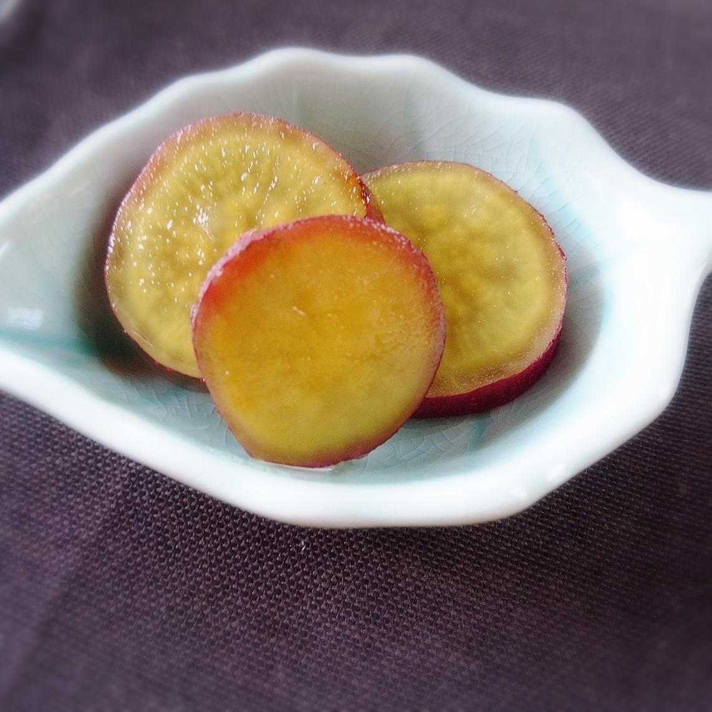白い器に盛り付けたポッカレモンでお手軽さつまいものレモン煮