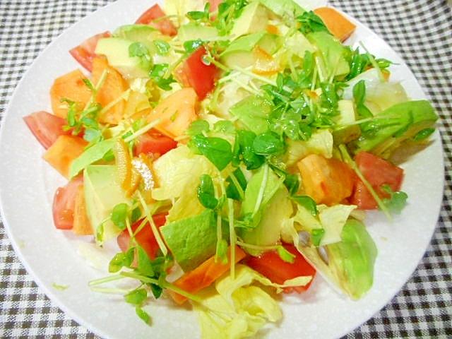 1. アボカドと柿のマーマレードドレッシングサラダ