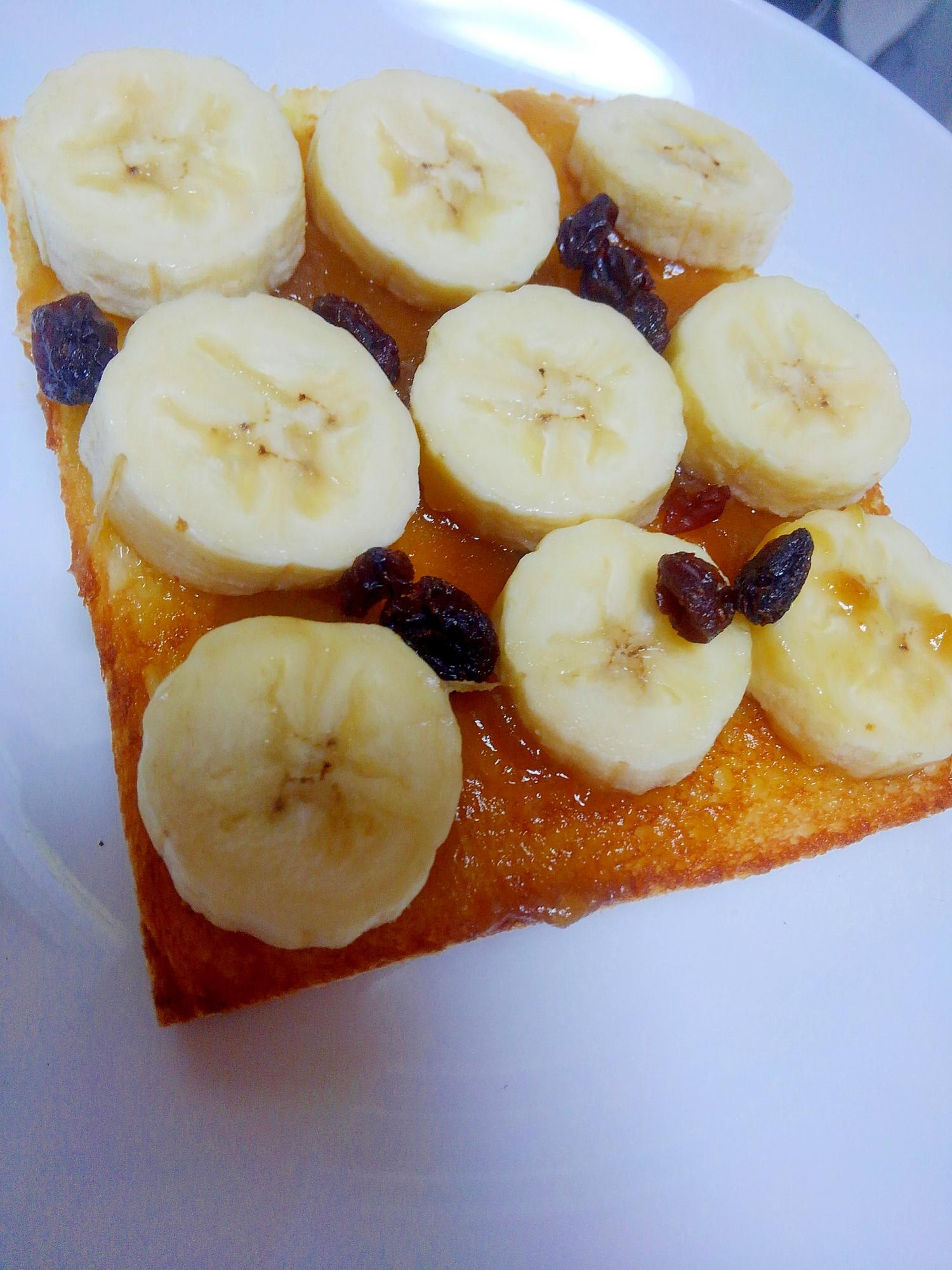 バナナがトッピングされたカヤトースト