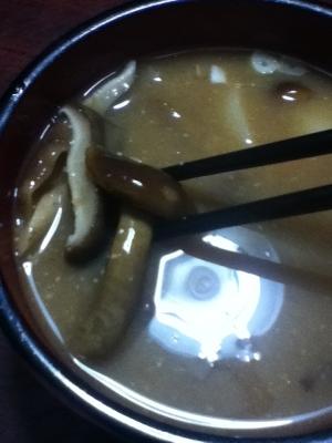 ナメコとシイタケとネギの味噌汁