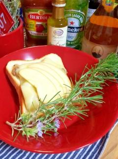 豚バラとチーズ、林檎のオープンサンド・ハーブの香☆