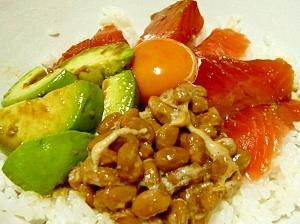 サーモンアボカド納豆丼