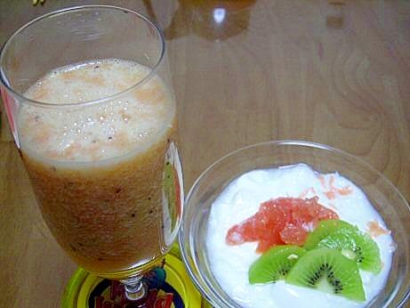 キウイ・グレープフルーツ・オレンジのスムージー