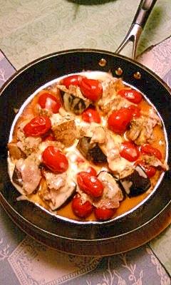 プチトマト、ナス、肉、チーズの、熱々濃厚焼き