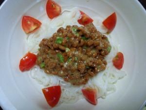 栄養豊富☆納豆で食べるトマトそうめん