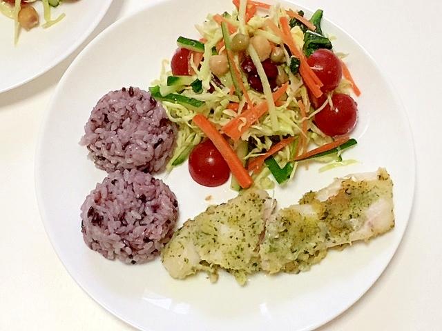 鱈フライ&8種類サラダと黒米ご飯のワンプレート♪