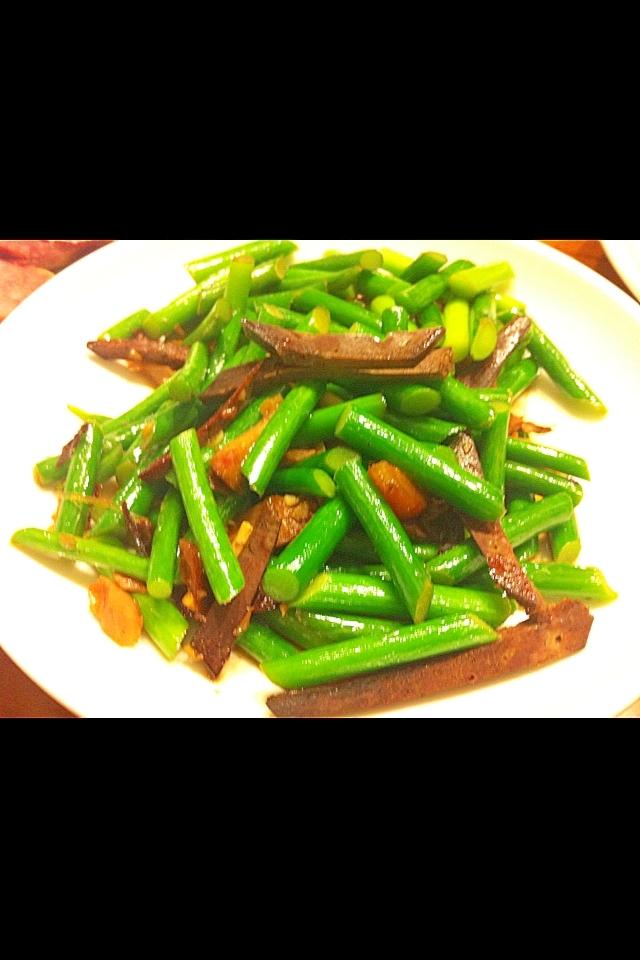 ニンニクの芽とレバーの甘辛中華炒め