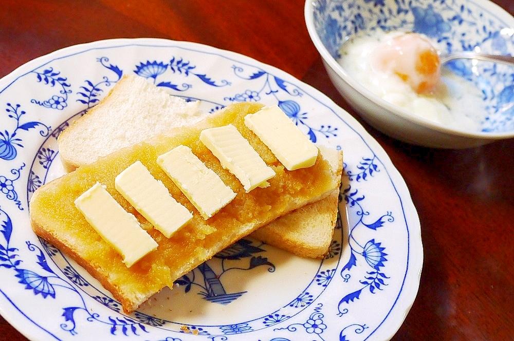青の皿に盛られたバターがのったカヤトースト
