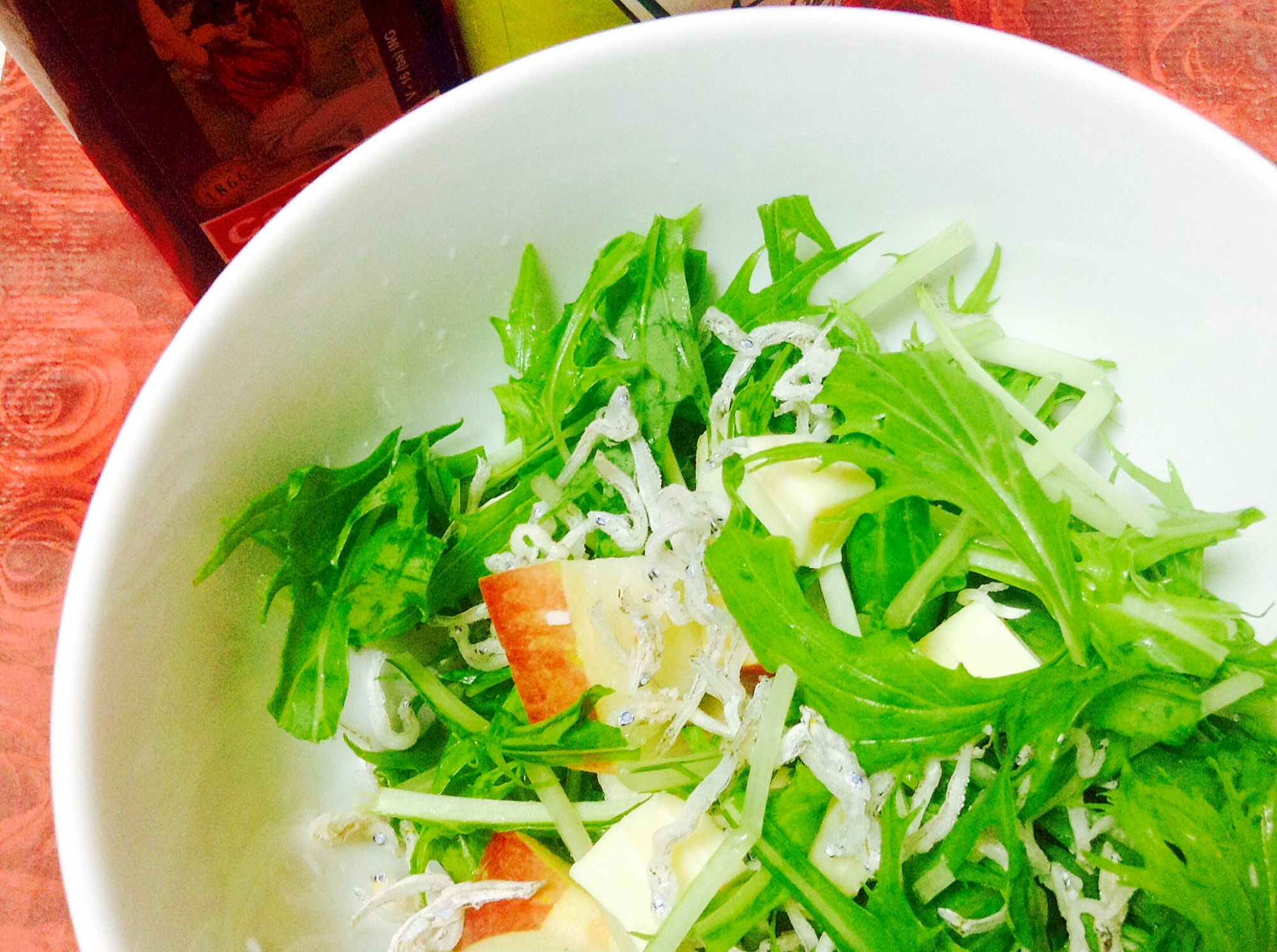サラダ水菜とリンゴとジャコとチーズのサラダ