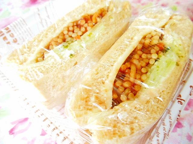 レタスとチーズとお弁当焼きそばのサンドイッチ