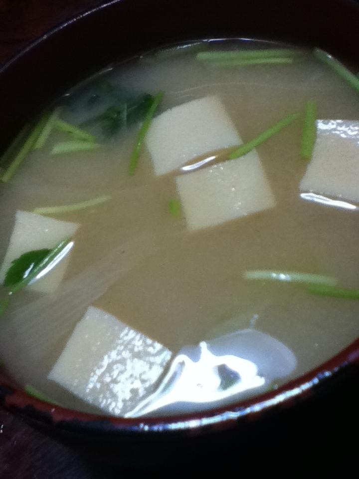 高野豆腐と玉ねぎと三つ葉の味噌汁