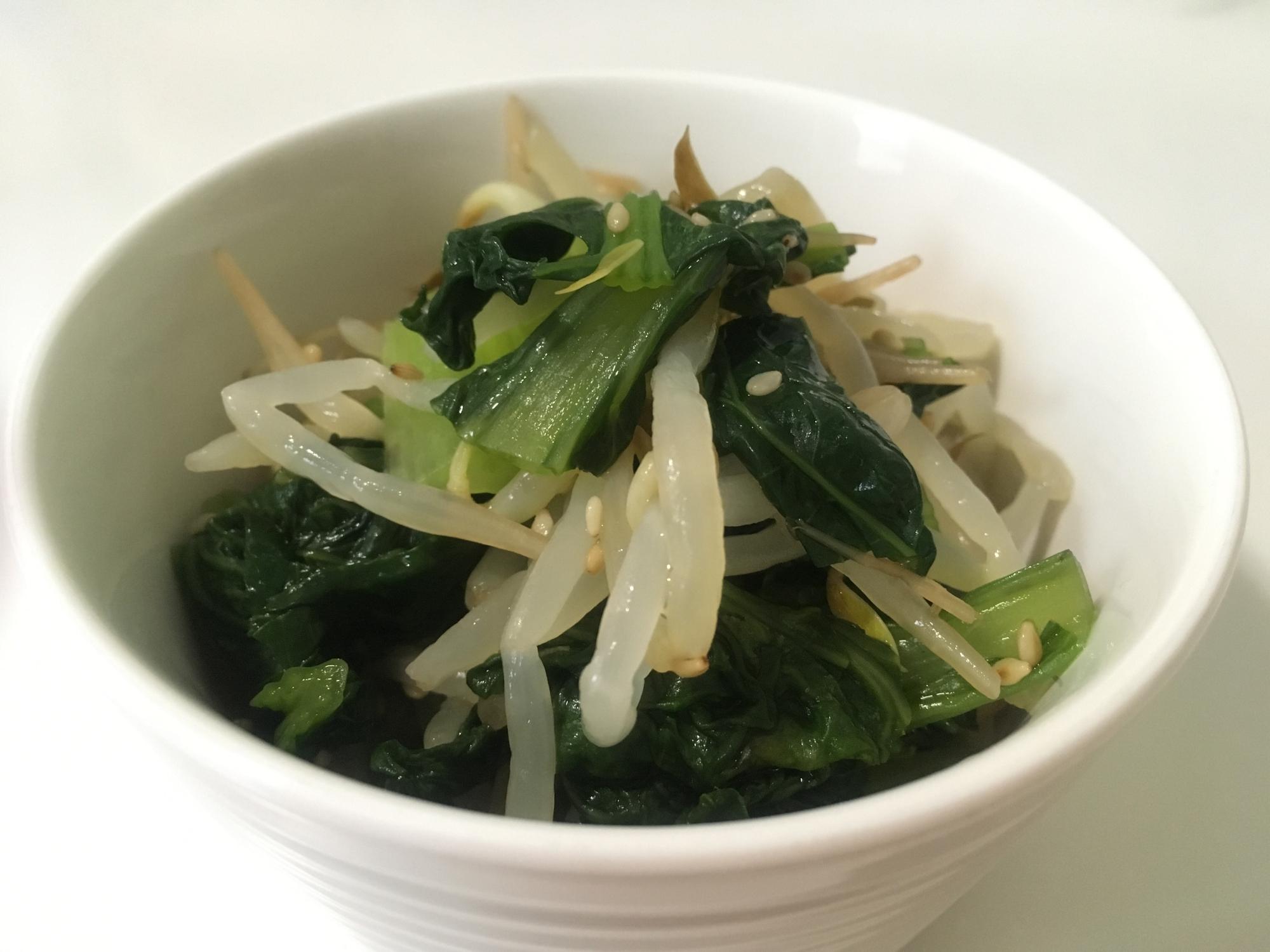 白い和食器に盛られた小松菜ともやしの時短めんつゆ浸し