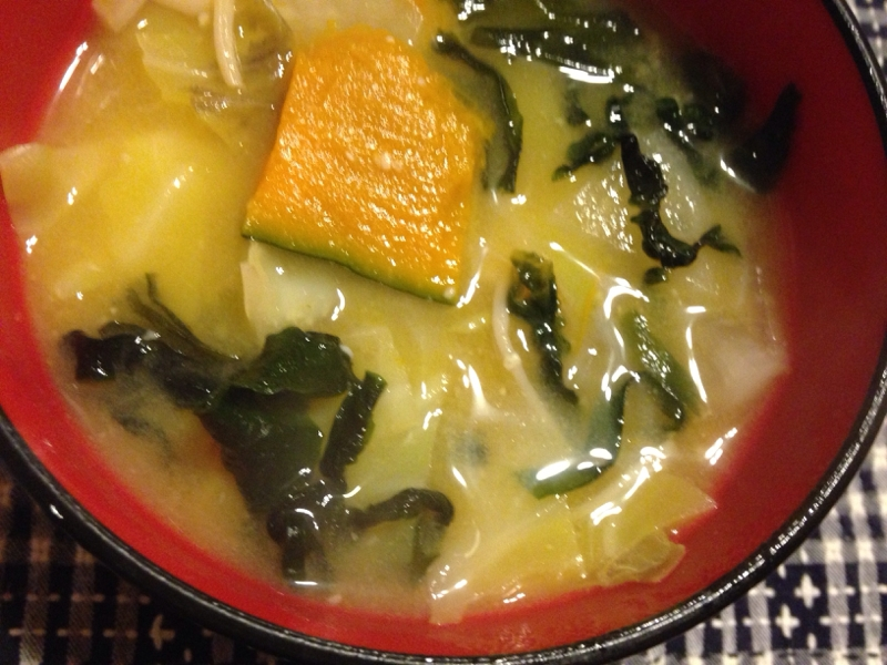かぼちゃとキャベツと大根とわかめの味噌汁。