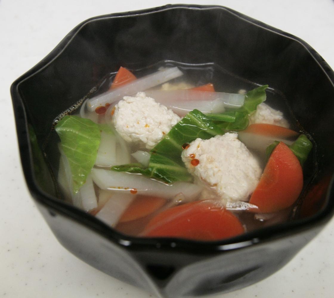 ラー油でピリ辛♪野菜と鶏だんごの塩スープ