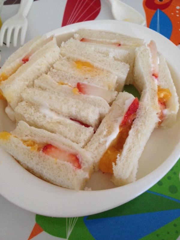 離乳食☆苺とみかんのフルーツサンドイッチ