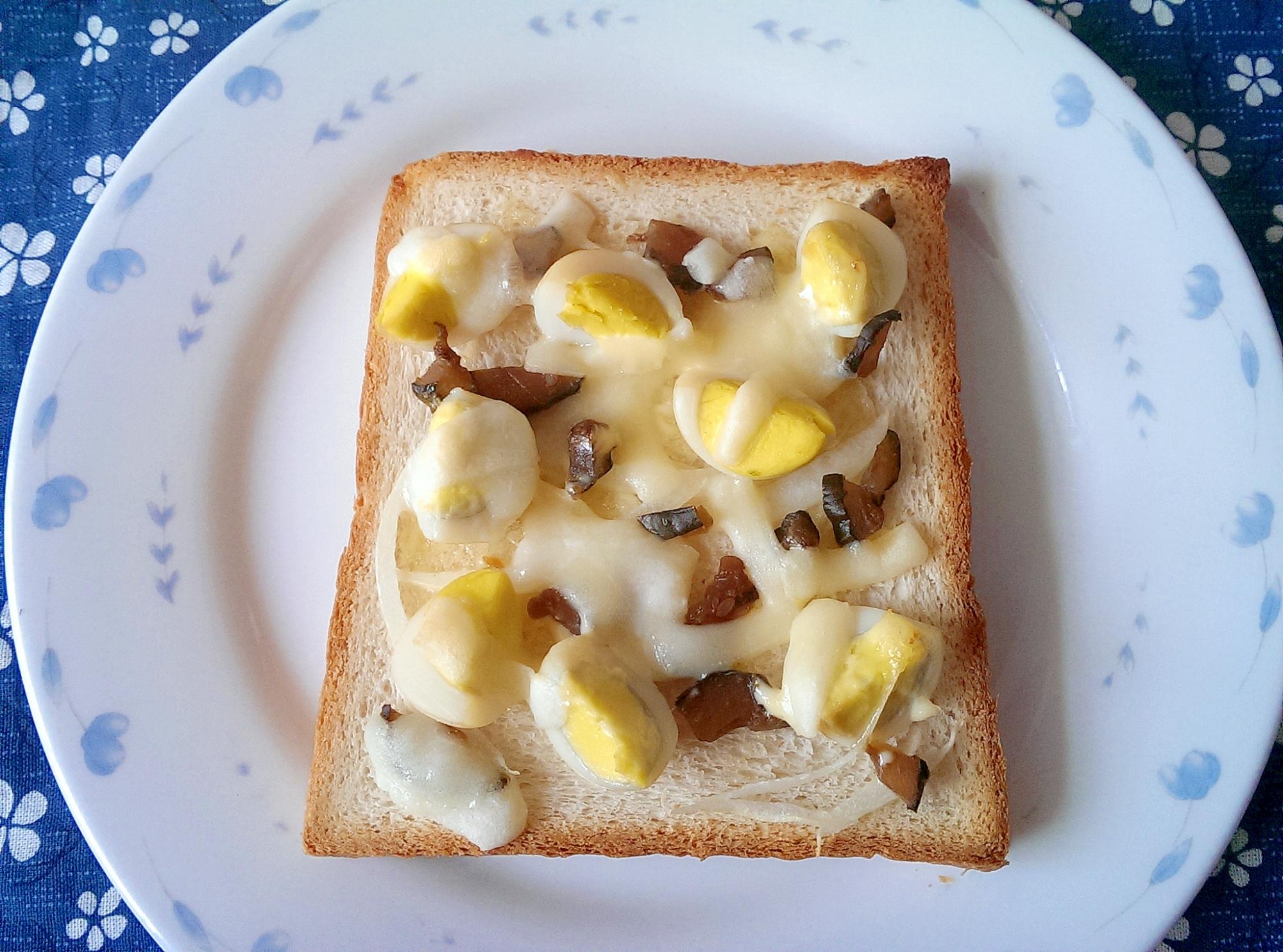 キューちゃんとうずらたまごのチーズトースト