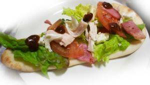 蒸し鶏とベーコンの簡単サラダピザ!