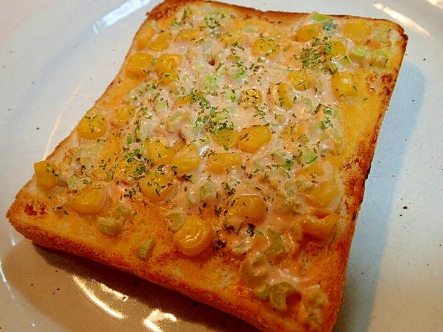 水切りヨーグルトとコーンと小松菜の茎のトースト♪