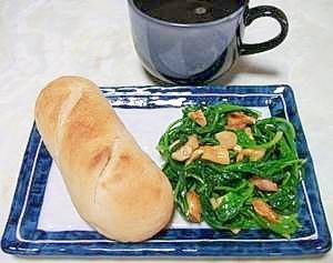 ほうれん草とピーナツの炒め物で朝食