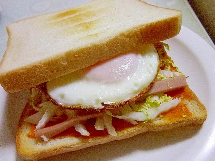 白菜と魚肉ソーセージの目玉焼きトーストサンド