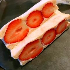 苺のココナッツ蜂蜜レモンヨーグルトサンド